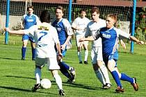 Fotbalisty FC Vsetín (světlejší dresy) čeká v sobotu zápas pravdy. K záchraně krajského přeboru potřebují vyhrát ve Velkých Karlovicích.