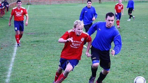 Fotbalisté Juřinky (modré dresy) přivítali v sobotním odpoledni Valašské Klobouky. Obě mužstva se nakonec rozešly v tomto utkání smírně 3:3.