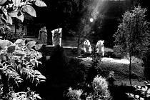 Podvečer na zahradě domu na Jasence s kopiemi sakrálních soch