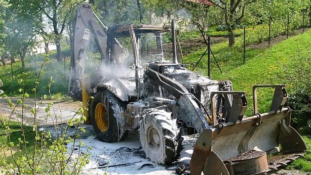 Požár zničil nakladač Volvo