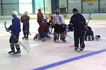 Hokejisté Valašského Meziříčí v pondělí večer poprvé vyjeli na led, vpravo v šiltovce nový kouč Jan Vavrečka.