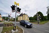 Železniční přejezd v centru Branek, v pozadí budova obecního úřadu.