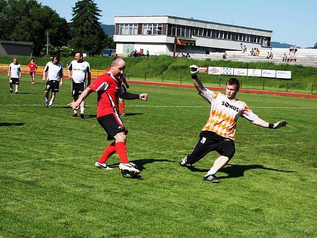 Útočník hokejových Bobrů Jan Matějný (s míčem) při této zasekávačce prokázal, že i s fotbalovým míčem si rozumí dobře.