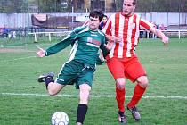 Fotbalisté Podlesí (červenobílé dresy) doma prohráli s Pod. Lhotou 1:2.