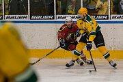 Šesté kolo kvalifikace o WSM ligu, zápas mezi týmy HC Vlci Jablonec nad Nisou a VHK ROBE Vsetín, se odehrálo 13. dubna na zimním stadionu v Jablonci nad Nisou. Na snímku vpravo Jan Kolařík.