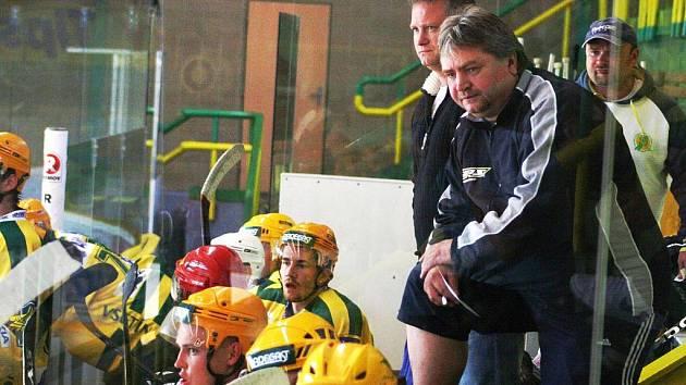 Střídačka hokejistů Vsetína, v popředí kouč Viktor Hlobil.