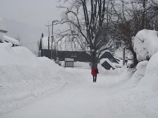 Na Valašsko se od pátečního rána snášejí další záplavy sněhu.