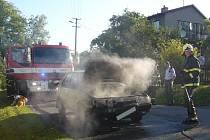 Požár v motorovém prostoru auta v obci Hrachovec