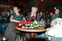 Návštěvníci v klubu Tři opice. Ilustrační foto.