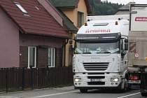 Denně projedou místním pod okny desítky nákladních vozidel.