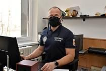 Ředitel Městské policie ve Valašském Meziříčí Jan Camfrla s ochrannou rouškou.