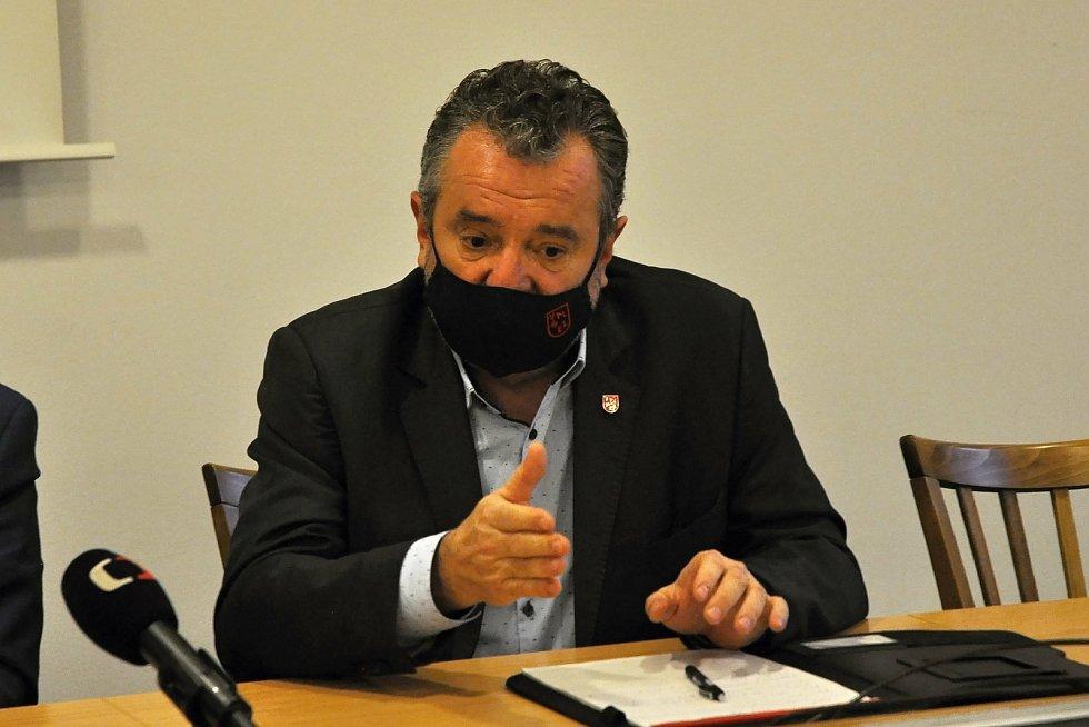 Starosta Valašského Meziříčí Robert Stržínek na tiskové konferenci svolané kvůli dalšímu úniku neznámé látky do řeky Bečvy; středa 2. prosince 2020