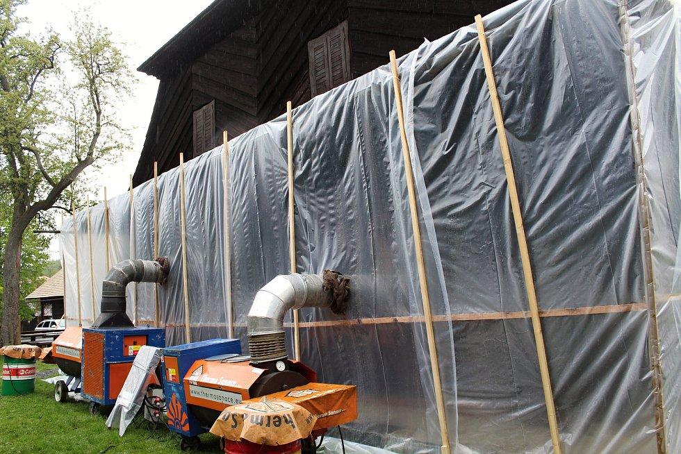 Odborníci ničí dřevokazný hmyz v Karlovském muzeu horkým vzduchem. Do památkou chráněné chalupy z roku 1813 vhání horký vzduch o teplotě přes 100°C tři výkonné agregáty.