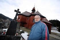 Římskokatolický kostel Panny Marie Sněžné ve Velkých Karlovicích.Farář Rastislav Kršák