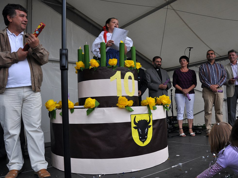 Odhalení obřího dortu na Dni města Zubří při příležitosti oslavy desátého výročí získání statutu města; Zubří, sobota 8. září 2012