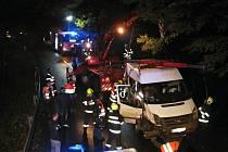 Hasiči vyprošťují dodávku, která ve středu 19. října v podvečer havarovala do příkopu na silnici vedoucí z Velkých Karlovic ke hranici se Slovenskem.