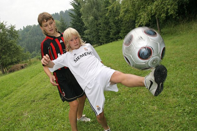 Desetiletého talentovaného Matouše Tovaryše z Huslenek (v bílém) si vybral Baník Ostrava. Před nástupem do týmu individuálně trénuje se svým budoucím spoluhráčem Martinem Macejem.