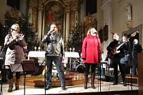 Vsetínská kapela Gympleři při vánočním koncertu ve všechovickém kostele v roce 2013.