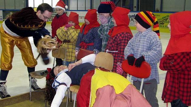 Pohádkový úvod mělo ve čtvrtek tradiční přátelské hokejové utkání učitelů, absolventů a příznivců Obchodní akademie a Vyšší odborné školy ve Valašském Meziříčí.