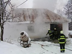 Z hořícího seníku vyhnali hasiči vyplašené koně.