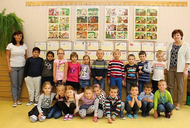 Žáci 1.B ZŠ Sychrov Vsetín – učitelka Eva Janušová (vpravo), asistentka Irena Trchalíková