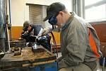 Studentům učebního oboru instalatér z valašskomeziříčské stavební průmyslovky začal letošní svářečský kurz v Integrované střední škole - Centru odborné přípravy s dvouměsíčním zpožděním kvůli koronaviru; 14. května 2020