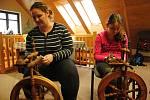 Kateřina a Magdaléna Halaštovy pronikají v sobotu 25. ledna 2020 ve Valašském ekocentru ve Valašském Meziříčí do tajů předení na kolovrátku.