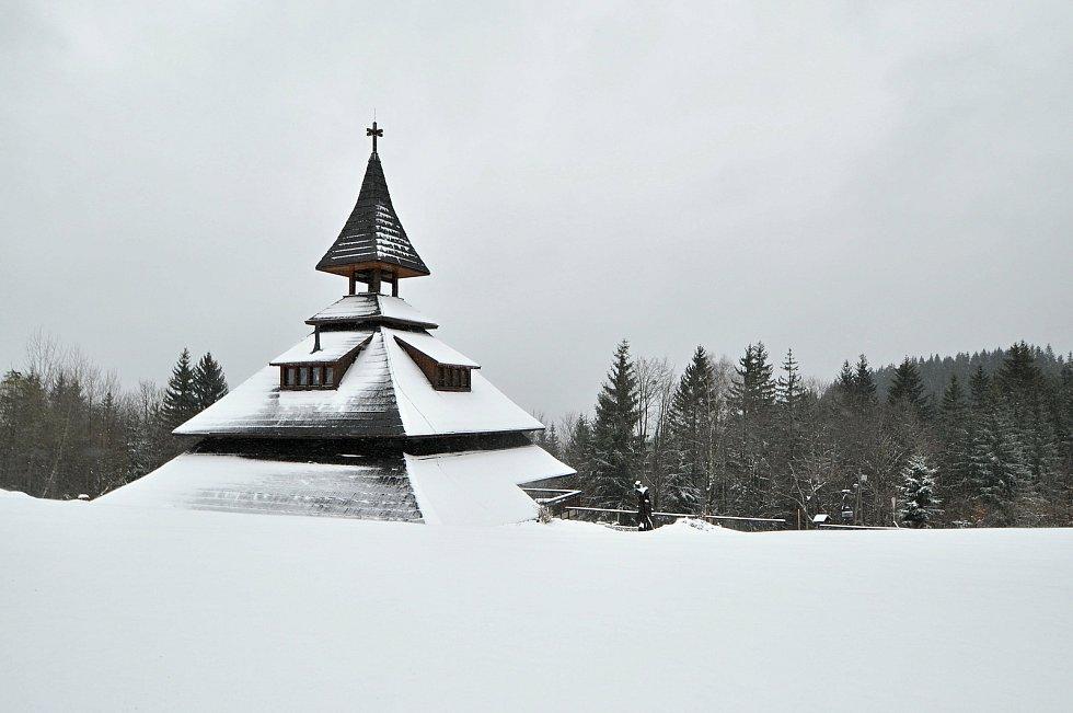 Zimní počasí na Soláni na Horním Vsacku v úterý 13. dubna 2021 (na snímku IC Zvonice).