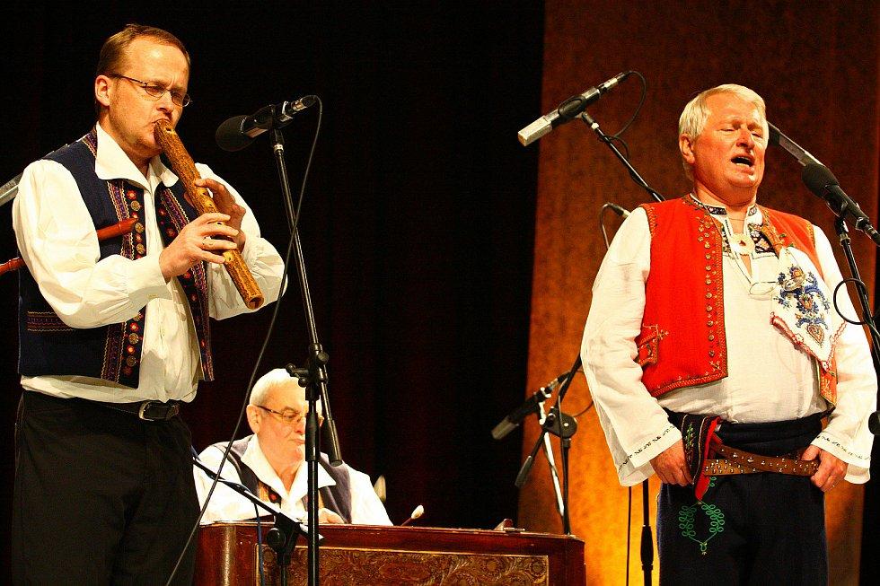 Josef Laža vystupuje v roce 2009 ve vsetínském Domě kultury v pořadu, v němž s Jarmilou Šulákovou slavili společné 150. narozeniny (Josef Laža 70 let, Jarmila Šuláková 80 let); rok 2009
