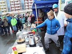 Atraktivní forma výuky zaujala žáky základních i středních škol na osvětové kampani Den s čistým ovzduším. Na náměstí Svobody ve Vsetíně lákaly ve středu 29. listopadu 2017 nejvíce praktické ukázky.