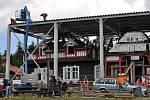 Požárem zničenou národní kulturní památku Libušín na Pustevnách kryje provizorní zastřešení. Stavbu má chránit před povětrnostními vlivy. Pustevny, čtvrtek 3. července 2014.