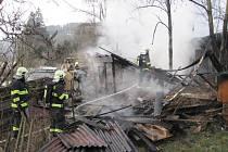 Objekt s ustájenými hospodářskými zvířaty hořel v neděli odpoledne v Lidečku na Vsetínsku. O způsobené škodě zatím nehodlá nikdo spekulovat. Hasičům se podařilo i za pomoci majitele objektu zvířata zachránit