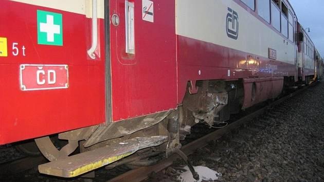 Halenkov – Ohromné štěstí stálo u řidiče škodovky, který se v pondělí ráno se svým autem srazil s osobním vlakem. Ze střetu on, i všichni cestující ve vlaku, vyvázli bez zranění. Provoz na trati železničáři přerušili na tři hodiny.