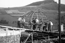Instalace konstrukce kopule v létě 1949.