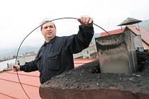 Kominík Stanislav Hlinšťák z Jablůnky doporučuje pravidelné vymetání komínů.