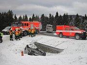 Hasiči a policisté zasahují v neděli 4. února 2018 odpoledne u dopravní nehody v Novém Hrozenkově.
