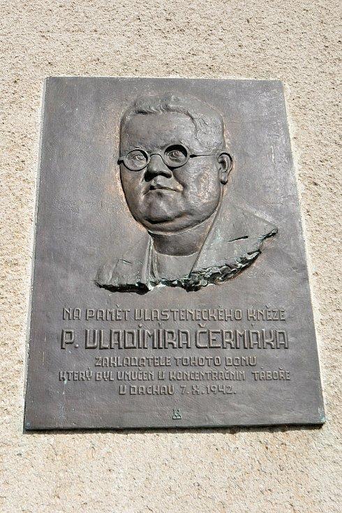 Nový Hrozenkov - pamětní deska připomínající vlasteneckého kněze Vladimíra Čermáka na budově hotelu Lidový dům.