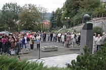 Destítky lidí se sešly u pomníku Tomáše Garrigua Masaryka na Palackého ulici ve Vsetíně