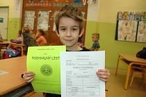 Svoje první vysvědčení dostali ve čtvrtek od své paní učitelky Petry Štědré také žáci 1. A Základní školy Vsetín-Luh.
