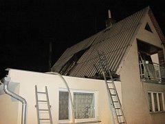 Požár střechy dvoupodlažního rodinného domu v obci Lhota u Vsetína.