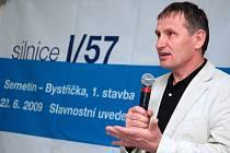První úsek dlouho očekávané rychlostní silnice mezi Vsetínem a Valašským Meziříčím byl v pondělí 22. června slavnostně otevřen v průmyslové zóně Bobrky u Vsetína