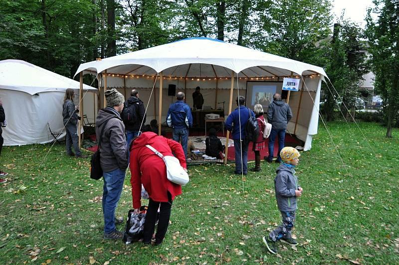 Přednášková jurta na Envirofestu Bečva v parku zámku Kinských ve Valašském Meziříčí; neděle 19. září 2021