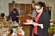 Hodnocení hotových výrobků, které připravili účastníci celostátní soutěže mladých řezníků a uzenářů na Integrované střední škole - Centru odborné přípravy ve Valašském Meziříčí