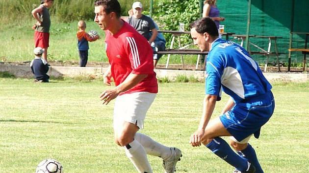Naprostá většina tipérů v zápase Hrachovec (červené dresy) – Lukov v úvodním kole 1. A třídy tipovala jedničku. Jenže domácí doma prohráli 1:3.
