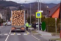 Policisté na místě dopravní nehody, při které v pátek 15. března po poledni dvaašedesátiletý cyklista nezvládl jízdu a zkřížil cestu projíždějícímu kamionu s tahačem.