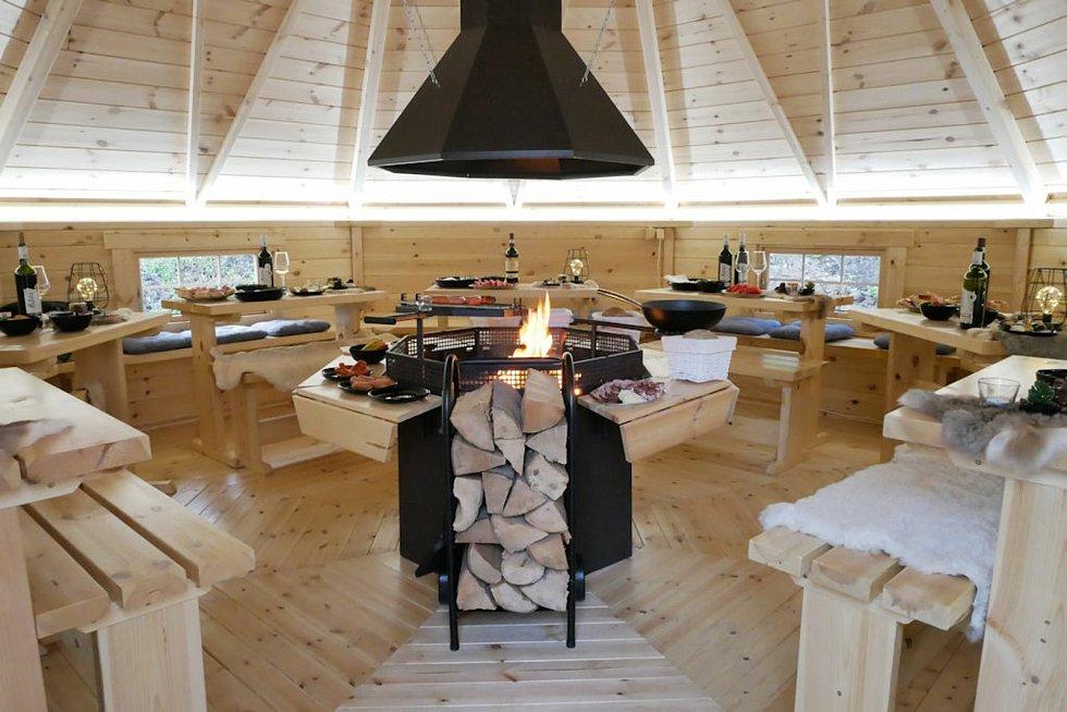 Kempy ve Zlínském kraji se v roce 2021 těší oblibě turistů. Na snímku Camping Rožnov pod Radhoštěm, kulatá grilovací srubová místnost.