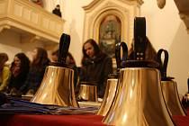 Zaplněnému ratibořskému evangelickému kostelu předvedli svoje umění ve hře na ruční zvonky a trubkové zvony. Zazněly tóny nejen vážné a náboženské hudby, ale také valašské vánoční koledy.