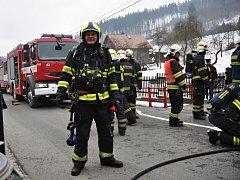 Hasiči zasahují u požáru kotelny rodinného domu ve vsetínské místní části Janišov. Vsetín, čtvrtek 19. února 2015