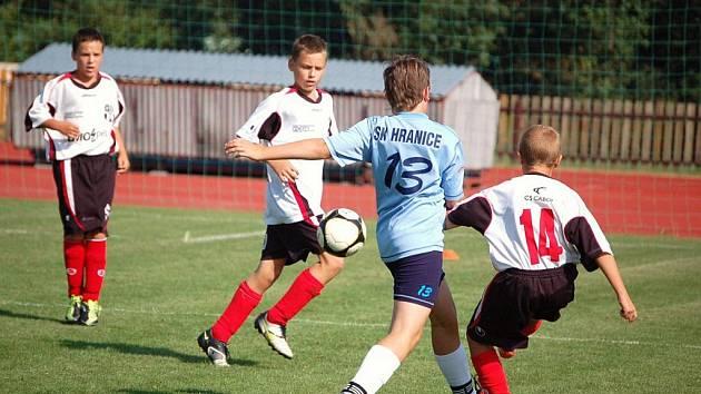 Mladší žáci U 13 z Meziříčí (bélé dresy) si poradili s Hranicemi a vyhráli vysoko 10:5.