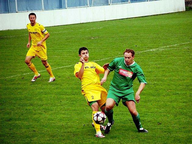 Karlovjané (žluté dresy) předvedli ve Slušovicích mizerný výkon a ve slabém zápase prohráli 0:1. Zápas nedohrál obránce Petr Kocurek, který byl v závěru zápasu vyloučen.